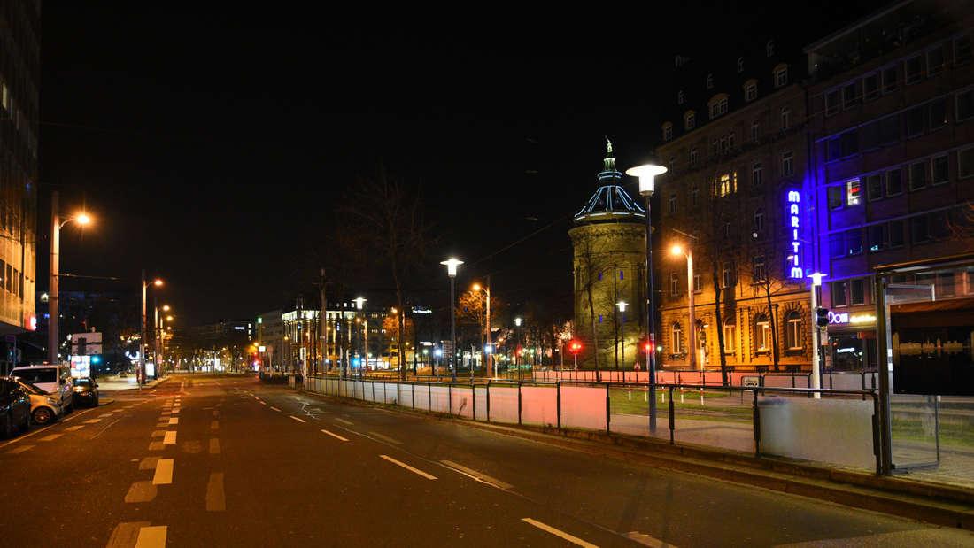 Leergefegte Straßen am Wasserturm wegen der nächtlichen Ausgangssperre in Mannheim