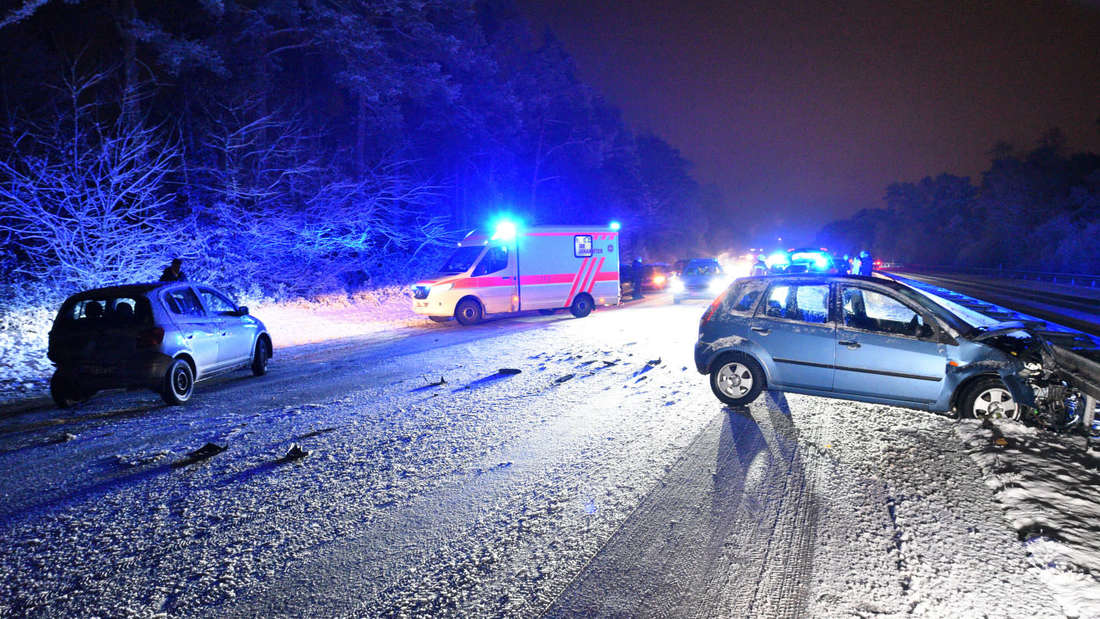 Unfall bei schneeglatter Fahrbahn auf der B 36 bei Mannheim-Rheinau.