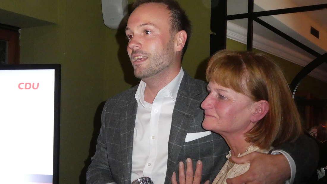 Der Mannheimer CDU-Bundestagsabgeordnete Nikolas Löbel (34) mit seiner Mutter Monika am Abend seiner Wahl zum MdB. (Archiv)