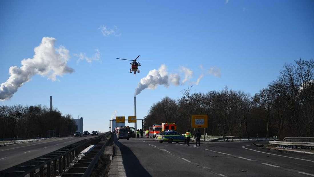 Mannheim: Schwerer Unfall auf Höhe SAP Arena – B38 voll gesperrt, Rettungshubschrauber im Einsatz.