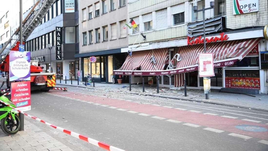An einem Gebäude im Quadrat Q7 haben sich am Samstagmittag Fassadenteile gelöst. Durch die herunterstürzenden Teile wurden drei Personen teils schwer verletzt.