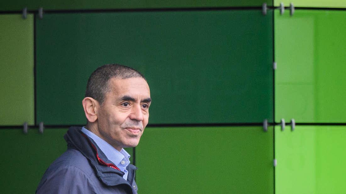 Ugur Sahin, Mitgründer und Vorstandsvorsitzender des Unternehmens Biontech, steht auf dem Firmengelände