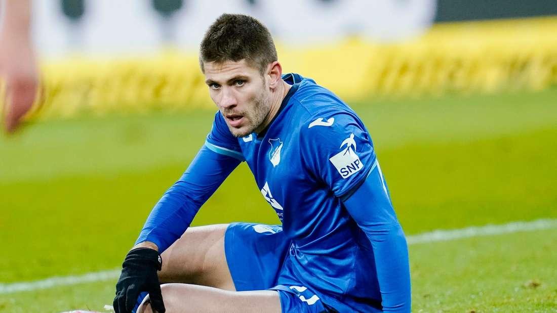 Andrej Kramaric sitzt nach einer vergebenen Chance auf dem Boden.