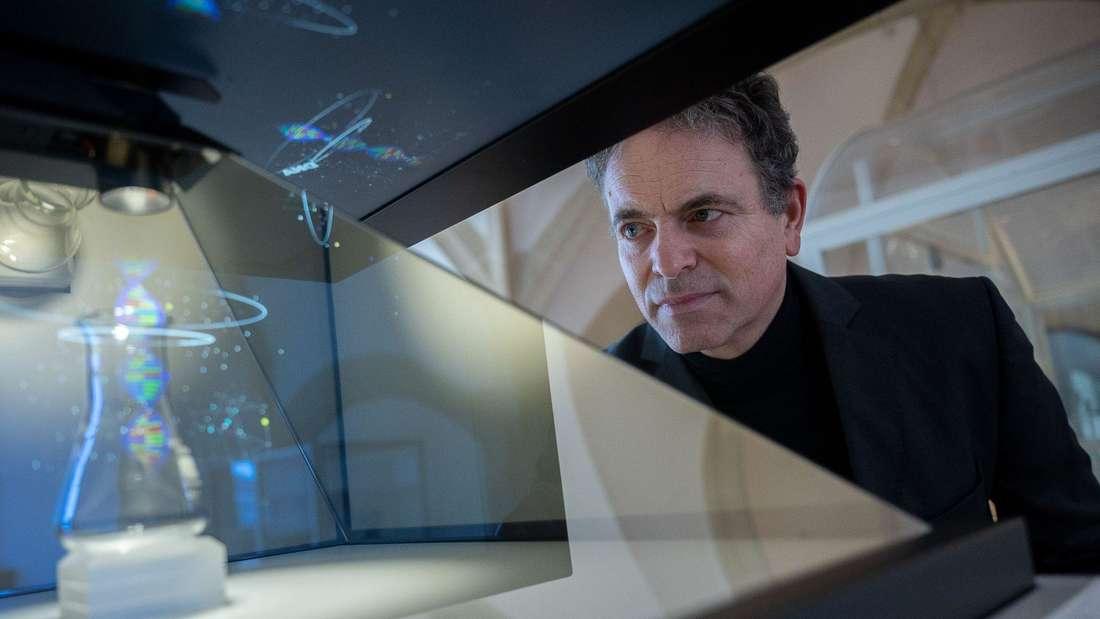 Ingmar Hoerr, einer der Curevac-Gründer, schaut im Museum auf eine Darstellung von DNA