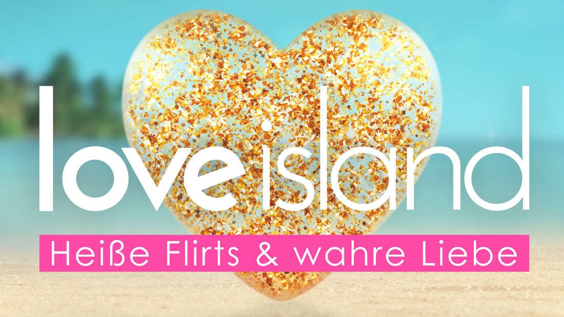 """""""Love Island""""-Logo: Goldenes Herz vor einem Strand-Hintergrund"""