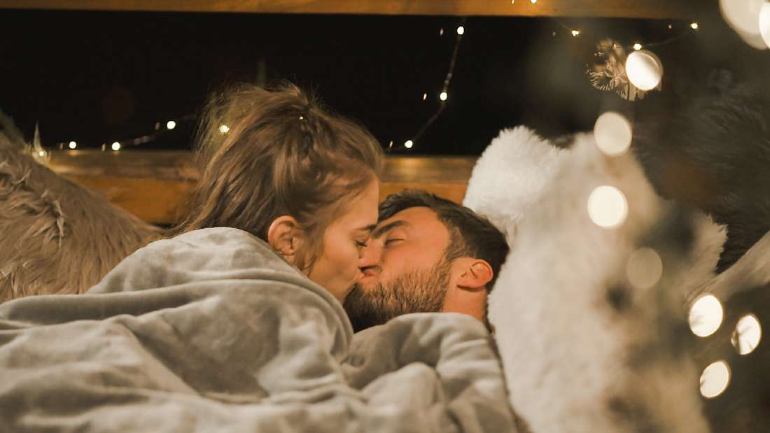 Bachelor Mimi und Niko küssen sich im Einzeldate