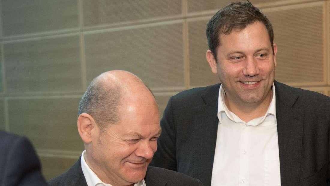 Bundesfinanzminister Olaf Scholz und sein Parteikollege Lars Klingbeil, SPD-Generalsekretär, 2019 bei einer Präsidiumssitzung in Berlin.