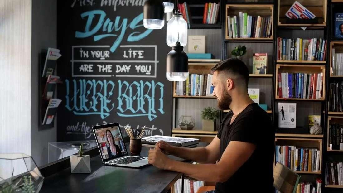 Ein Mann sitzt am PC und erhält einen Videoanruf