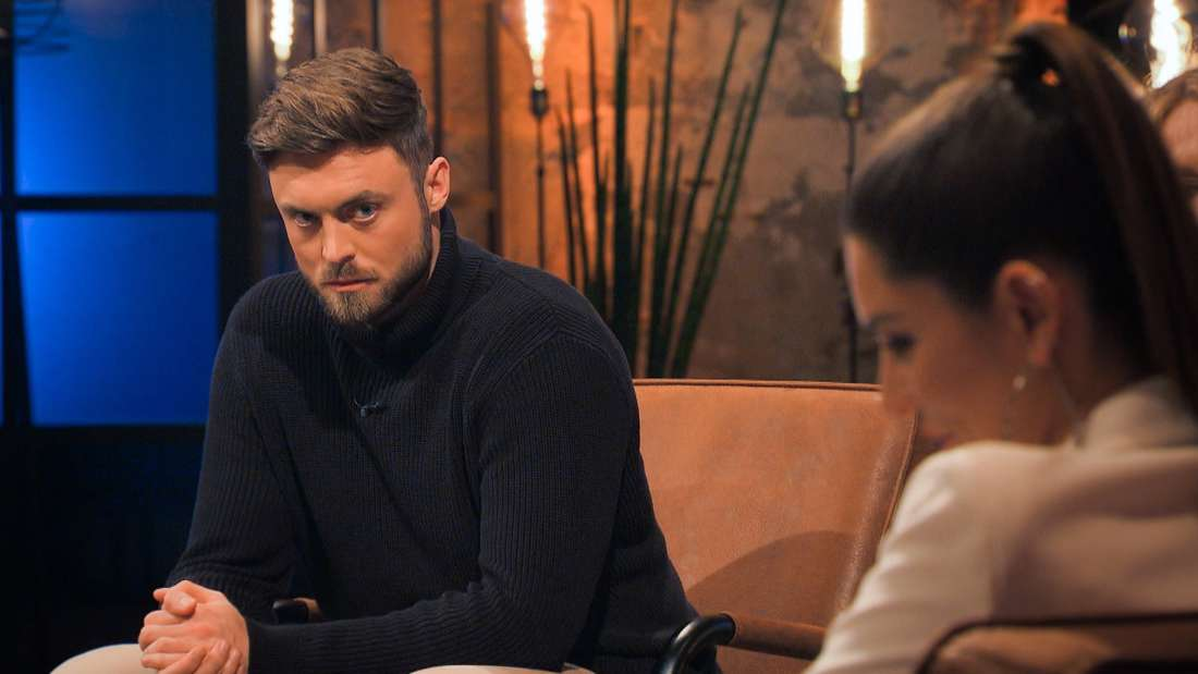 Niko schaut Michèle böse der der Bachelor-Aussprache 2021 an