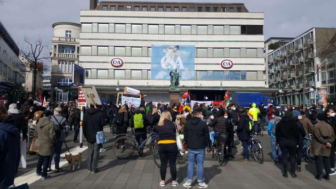 Corona-Demo in Kassel: Auf dem Opernplatz haben sich bereits Gegendemonstranten eingefunden.