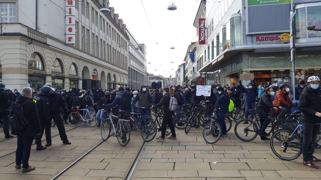 Corona-Demo: In der Innenstadt von Kassel treffen Demonstranten und Gegendemonstranten aufeinander.