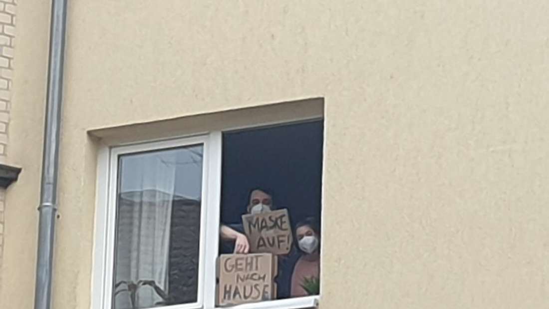 Angesichts der Corona-Demonstration in Kassel werden einige Gegendemonstranten kreativ.