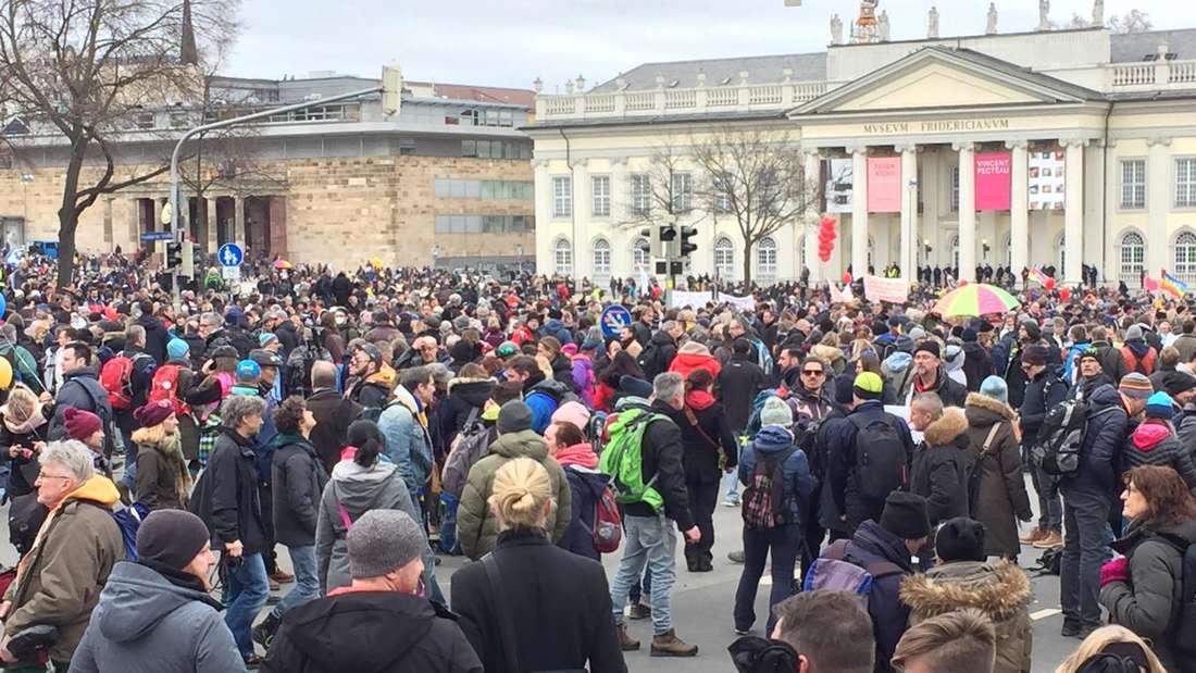 Querdenker und weiter Kritiker der Coronas-Maßnahmen haben bei einer Demo am Samstag (20.03.2021) auch die Kasseler Innenstadt bevölkert - dabei sollen sie sowohl auch Kinder als auch Ladenbetreiber angegangen sein.