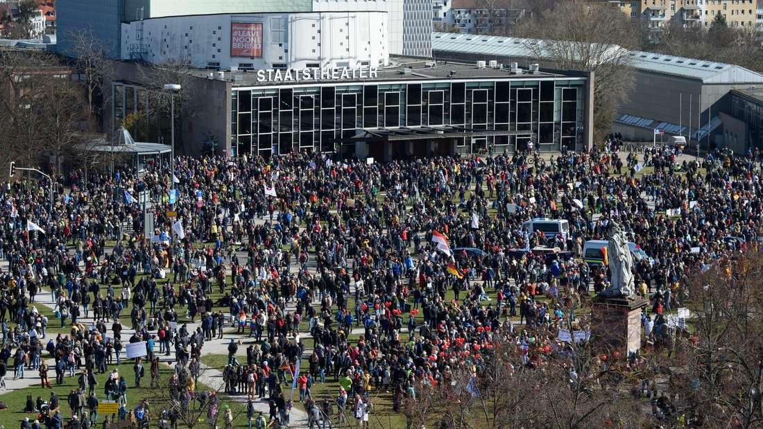 Tausende Menschen versammeln sich für eine Corona-Demo in Kassel.