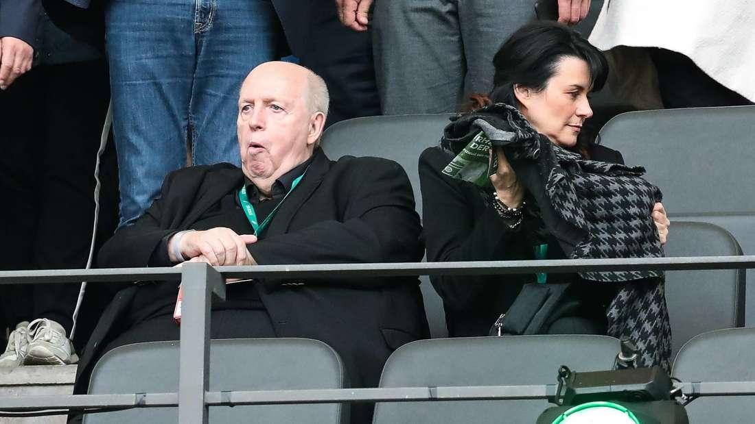 Reiner Calmund sieht sich mit seiner Frau Sylvia das DFB-Pokalfinale an.