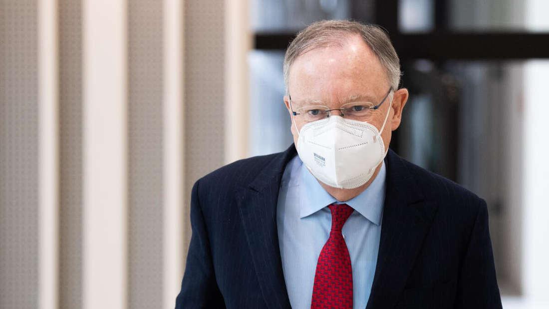 Stephan Weil (SPD), Ministerpräsident Niedersachsen, kommt mit Mund-Nasen-Schutz zu einer Pressekonferenz