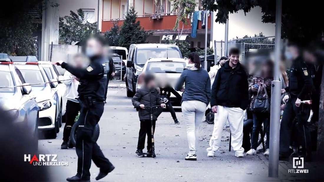 Hartz und herzlich: Wegen eines möglichen Granatenverstecks rückt die Polizei in die Benz-Baracken aus