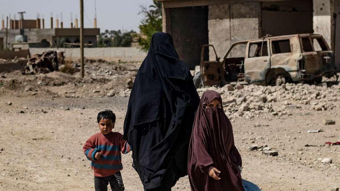 Einwohner im syrischen Dorf Baghouz in der nördlichen Provinz Deir Ezzor.