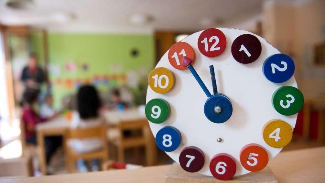 Eine Spielzeuguhr zeigt fünf vor zwölf am 21.05.2015 in Stuttgart (Baden-Württemberg) in einer Kindertagesstätte.