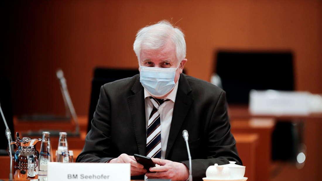 Bundesinnenminister Horst Seehofer (CSU) wartet auf den Beginn der wöchentlichen Kabinettssitzung im Kanzleramt.
