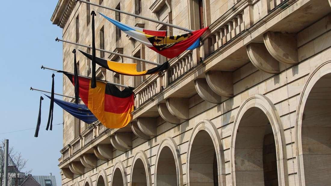 Wegen des Absturzes des Germanwings-Airbus trägt das Mannheimer Rathaus Trauerflor.