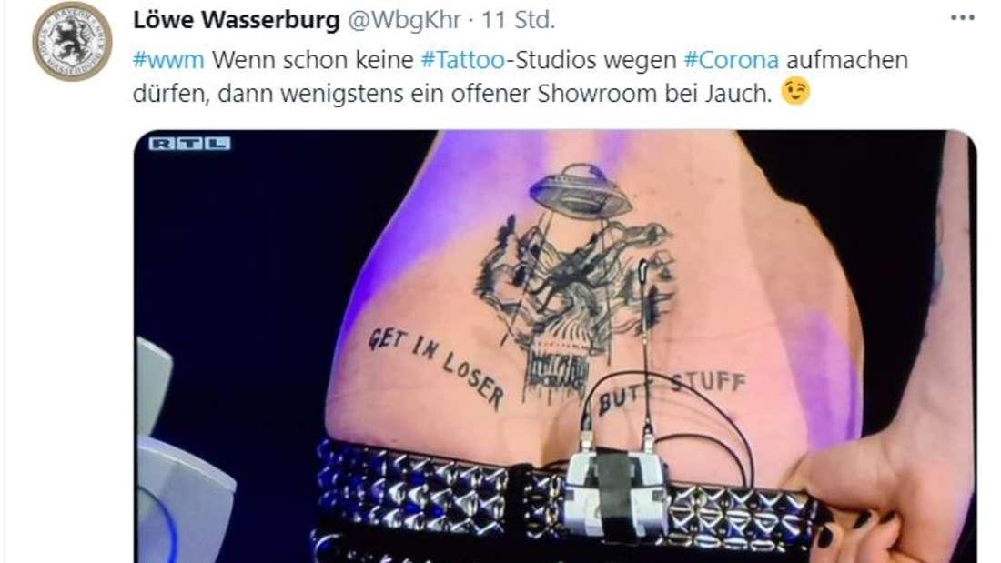 """Ein Tattoo mit der Schrift: """"Get in Loser. Butt Stuff"""""""