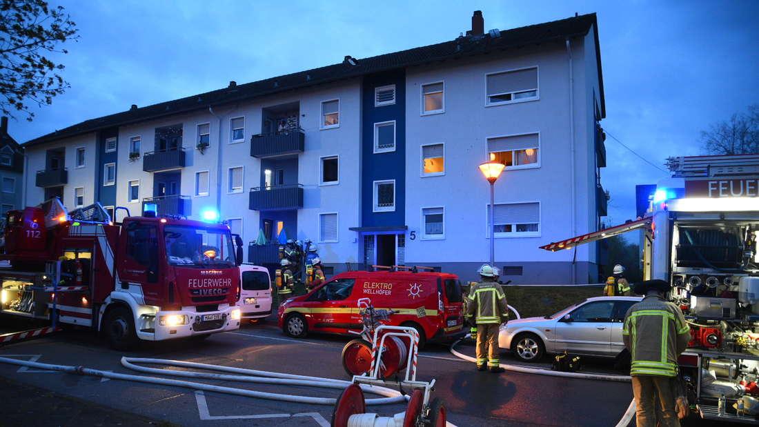 Die Feuerwehr beim Brand in der Rohrlachstraße in Mannheim-Hochstätt.
