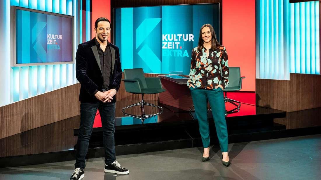 """Der Mannheimer Comedian Bülent Ceylan mit Moderatorin Nina Brunner im Studio zur 3sat-Sendung """"Kulturzeit""""."""