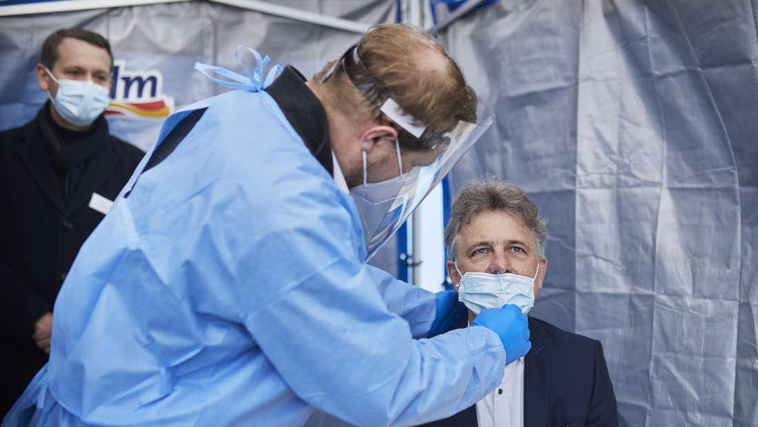 Karlsruhes Oberbürgermeister Frank Mentrup lässt sich im dm Corona-Schnelltest-Zentrum von geschulten dm-Mitarbeitern testen.