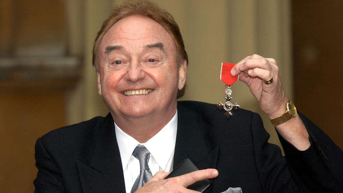 """Gerry Marsden, britischer Musiker, zeigt seine Auszeichnung """"Order of the British Empire"""""""