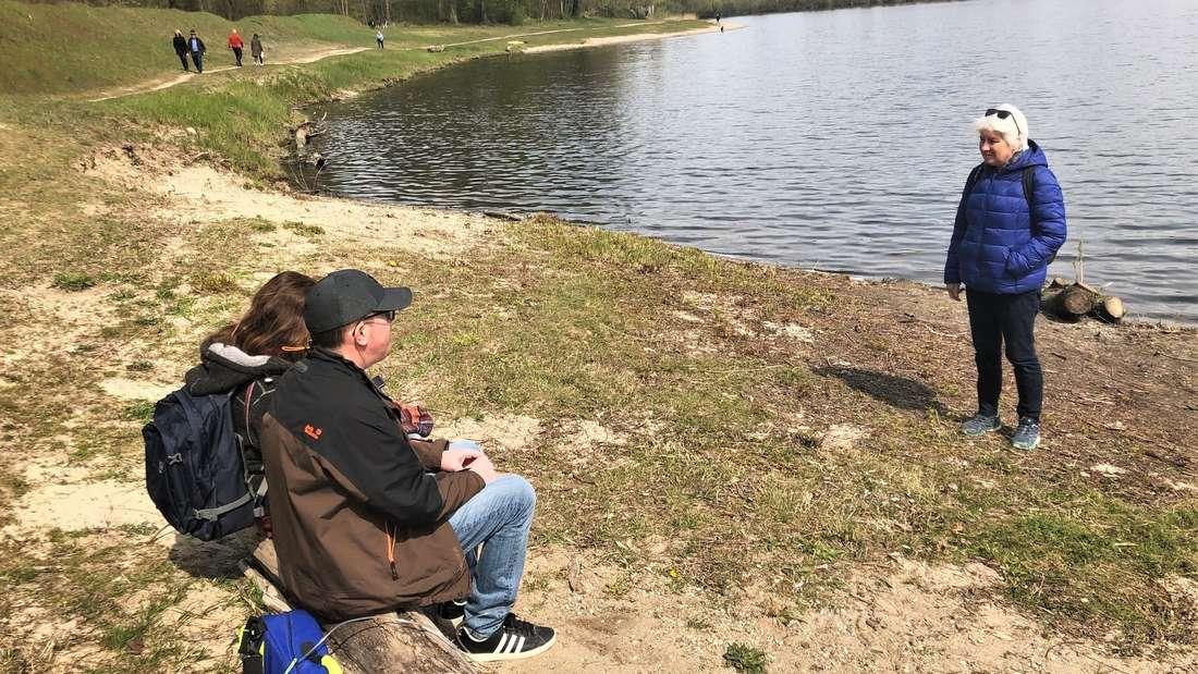 Moritz sitzt in Begleitung am kleinen Bodensee