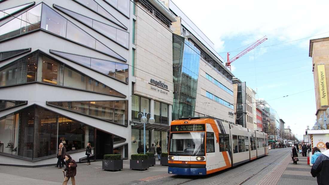 Eine Straßenbahn der Linie 4 fährt vor dem Modehaus Engelhorn auf den Planken in der Mannheimer Innenstadt.