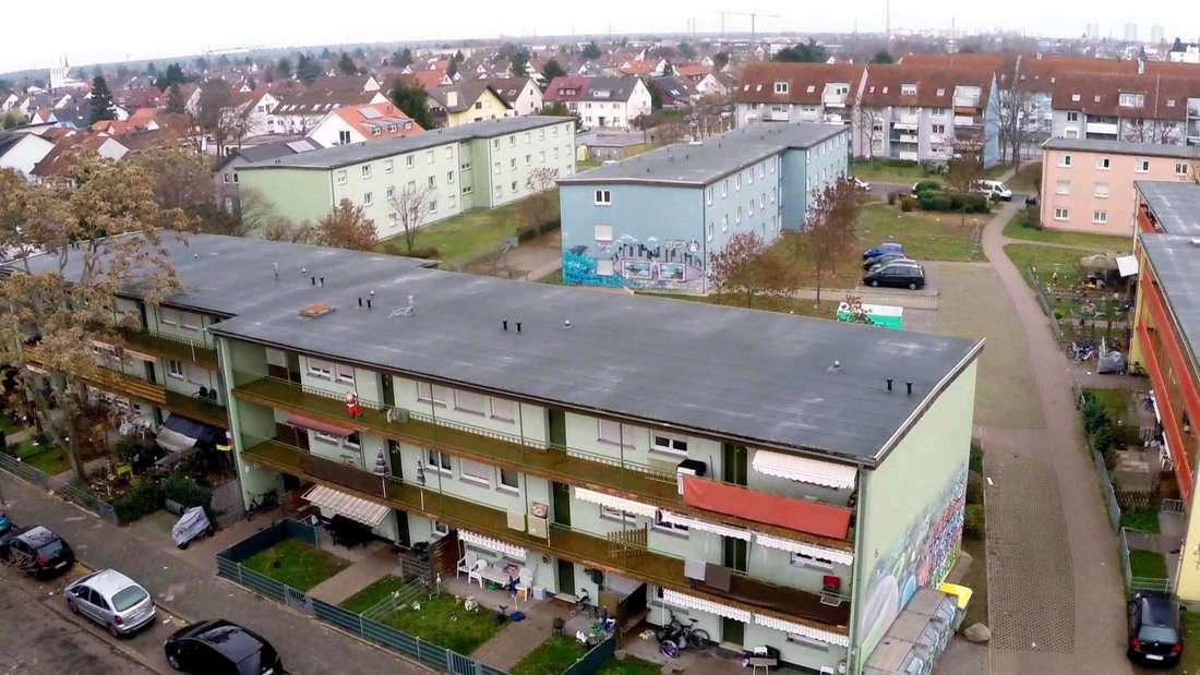 """""""Hartz und herzlich"""": In den farbigen Reihenhäusern wohnen die Bewohner der Benz Baracken"""