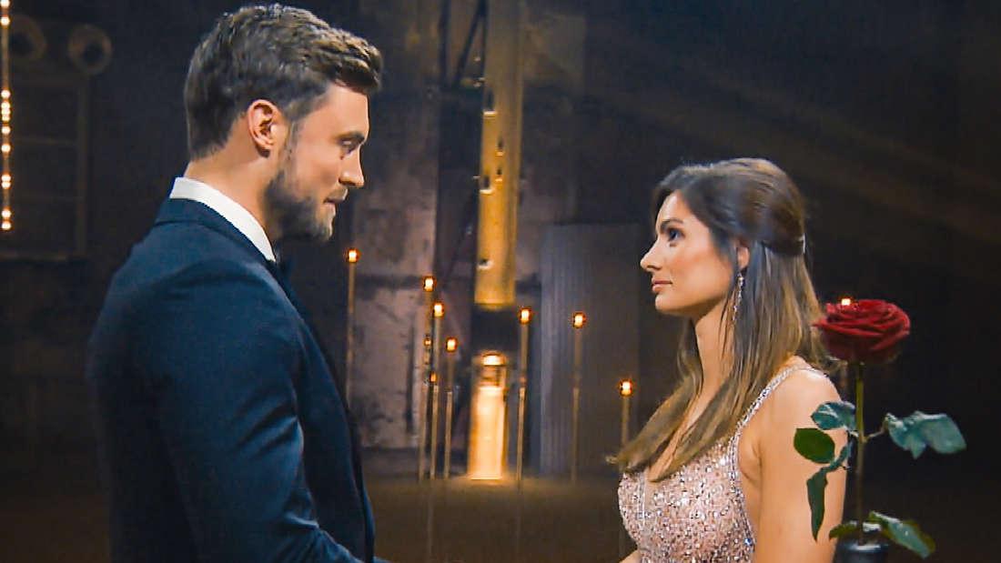 """Niko Griesert und Michèle de Roos im Finale von """"Der Bachelor"""" 2021."""