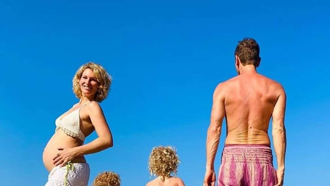 Janni und Peer posen mit ihren Kindern am Strand von Costa Rica.
