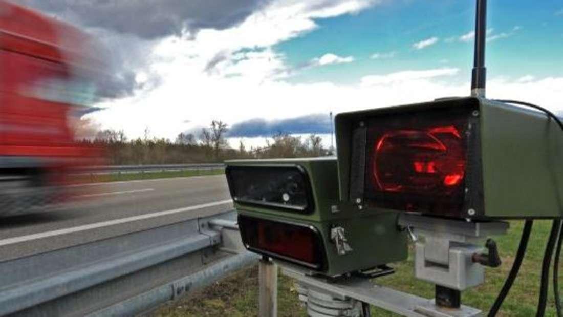 Eine mobile Radarfalle am Straßenrand. (Symbolbild)