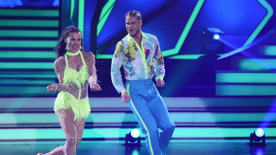 Rúrik Gíslason tanzt mit Renata Lusin eine Samba.