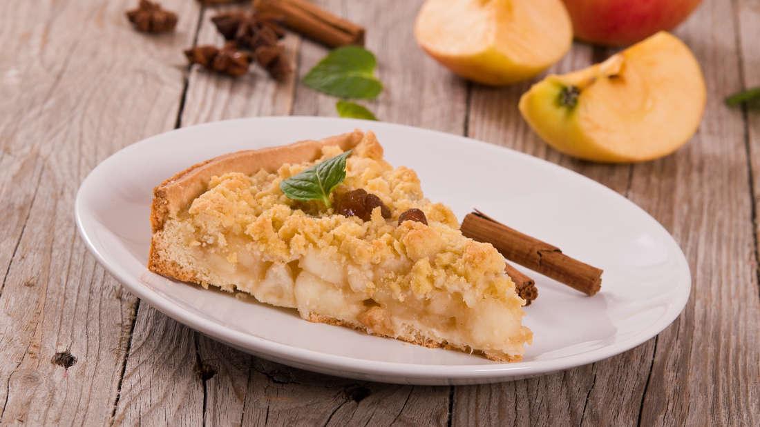 Stück Apfelkuchen mit Streuseln und Zimt.