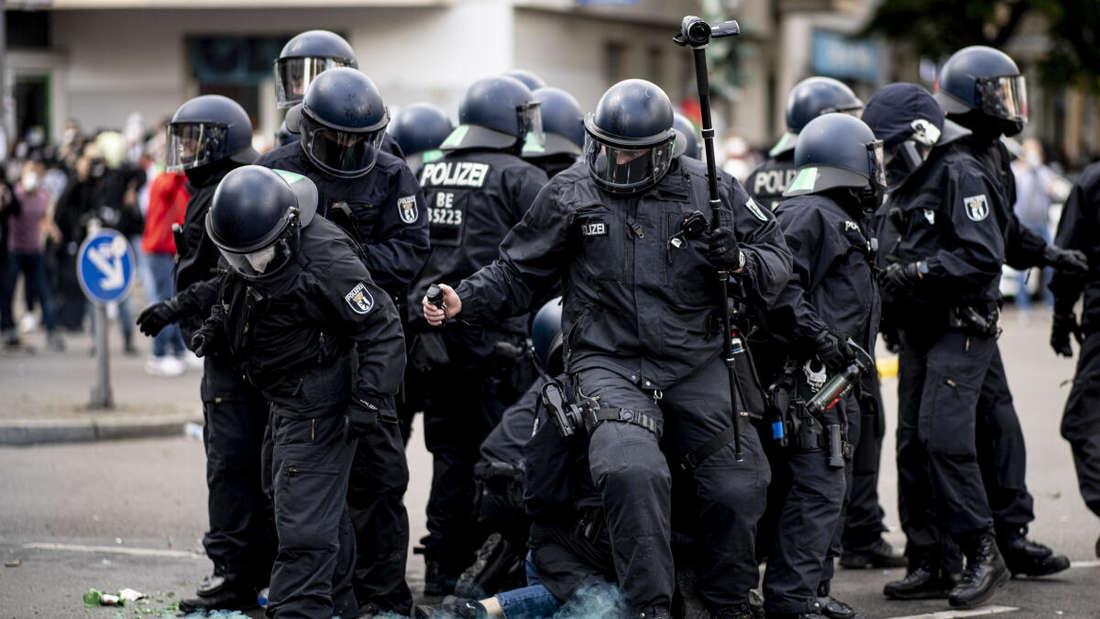 Die Polizei hält eine Teilnehmerin der Demonstration verschiedener palästinensischer Gruppen in Berlin-Neukölln fest.