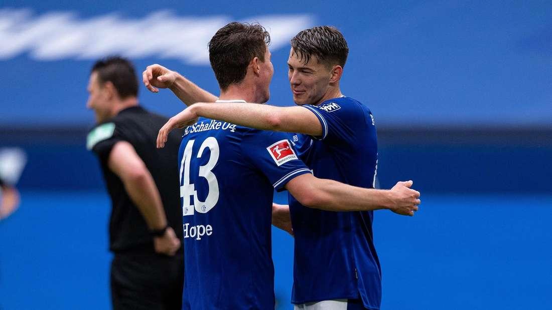 Florian Flick (r.) jubelt im Trikot des FC Schalke 04.