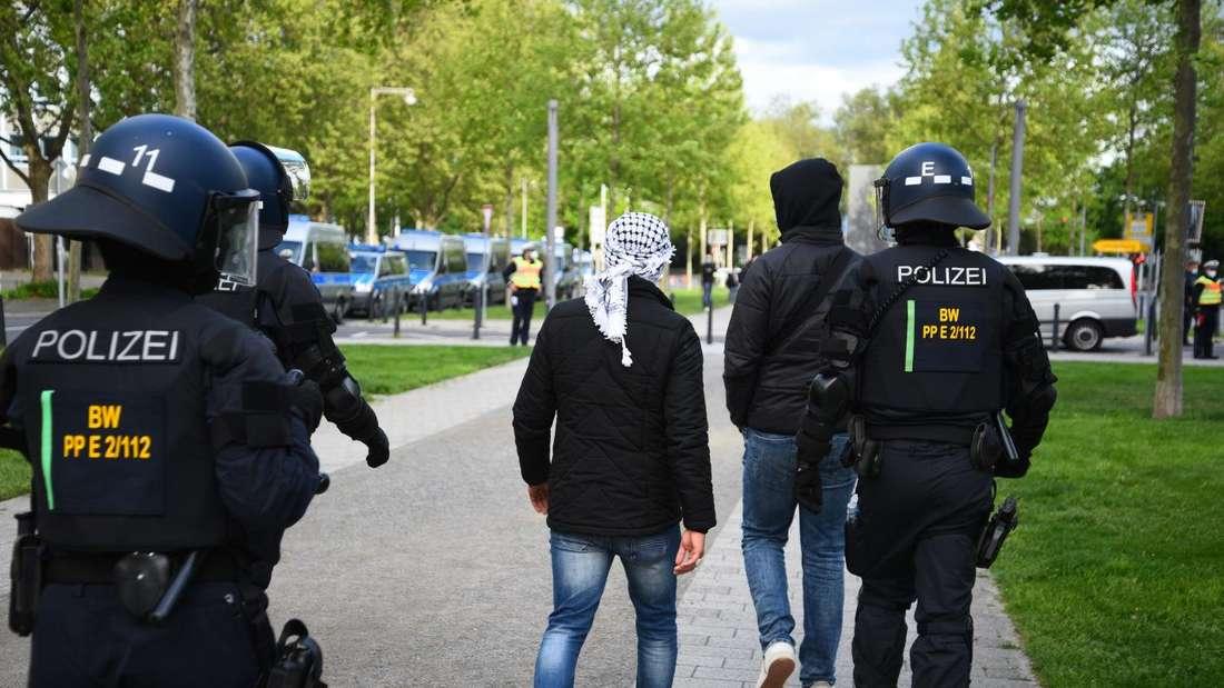 Am Rande einer propalästinensischen Demo in Mannheim kommt es am 15. Mai 2021 zu Ausschreitungen.