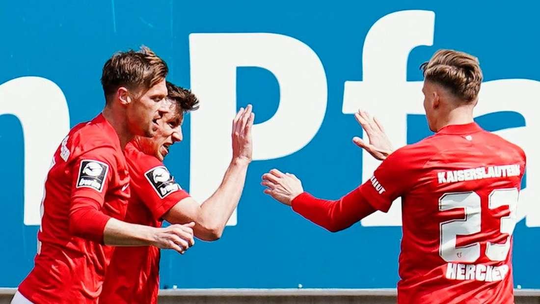 Die Spieler des 1. FC Kaiserslautern dürfen sich über den Klassenerhalt freuen.