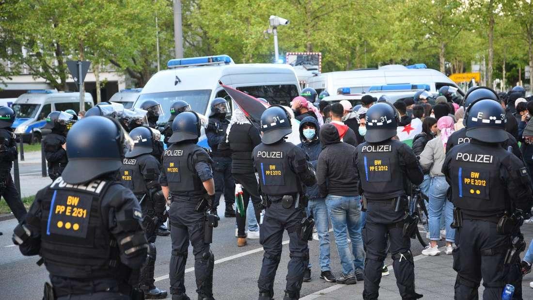 Am Rande einer propalästinensischen Demo in Mannheim kommt es am 15. Mai zu Ausschreitungen.