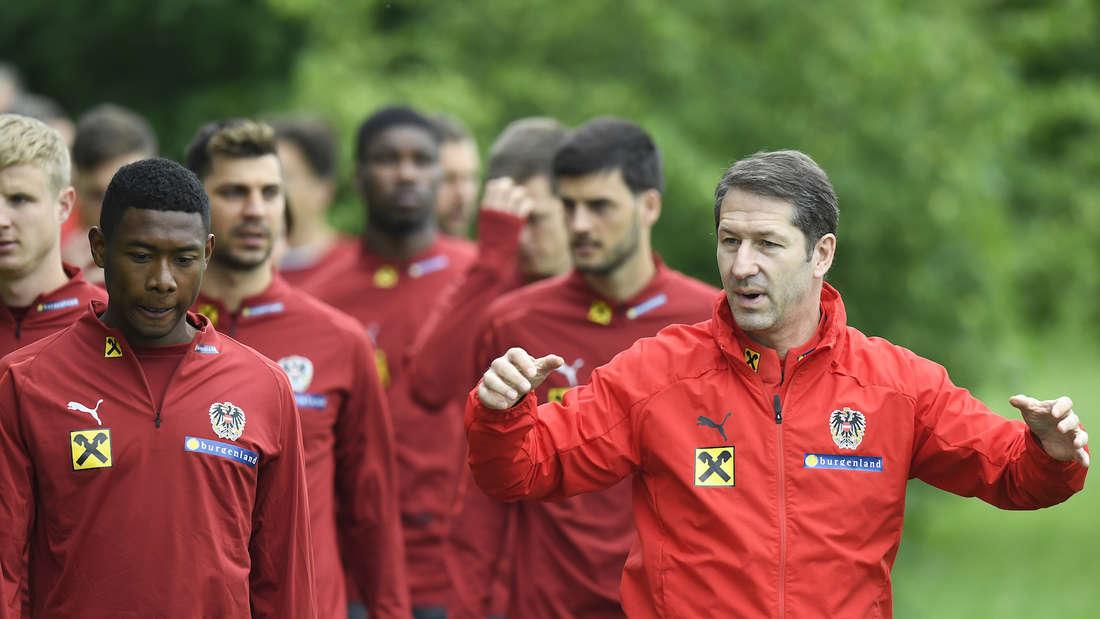 ÖFB-Trainer Franco Foda (r.) im Gespräch mit Bayern-Star David Alaba (li.).