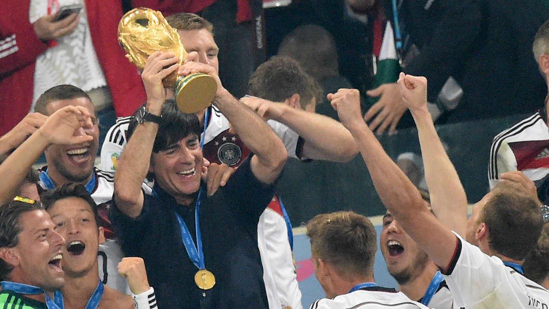 Joachim Löw mit dem WM-Pokal 2014.