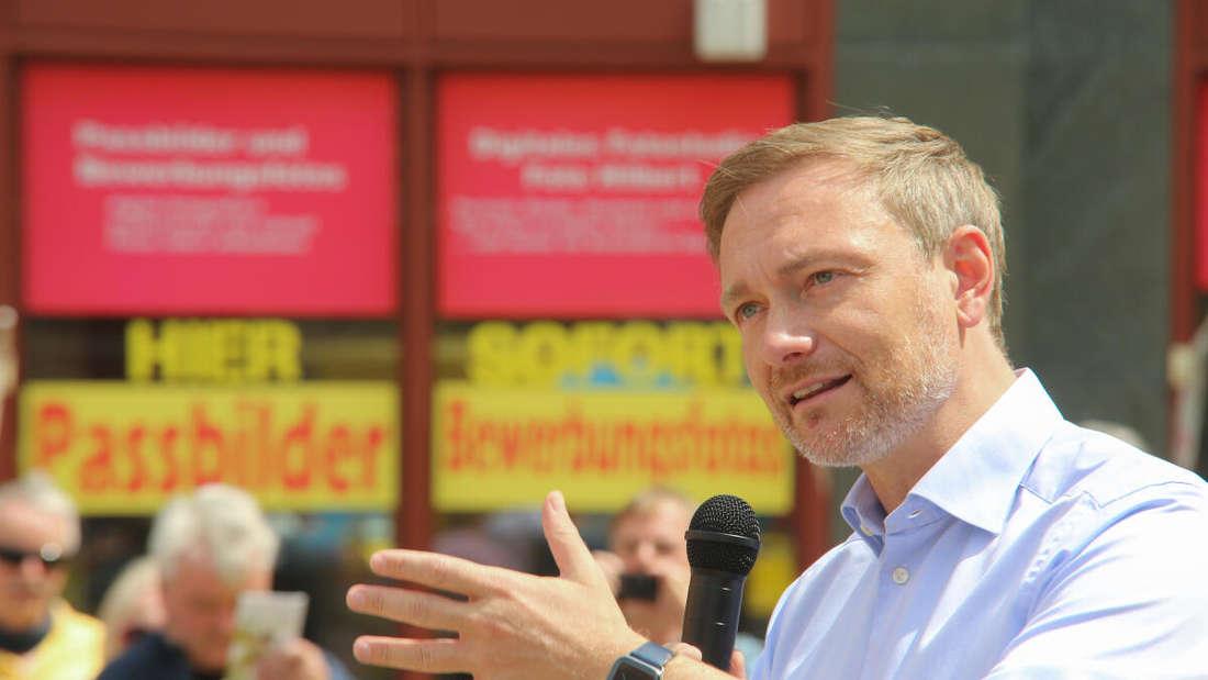 FDP-Chef Christian Lindner spricht auf einer Wahlkampfveranstaltung in Sachsen-Anhalt mit Mikrofon.