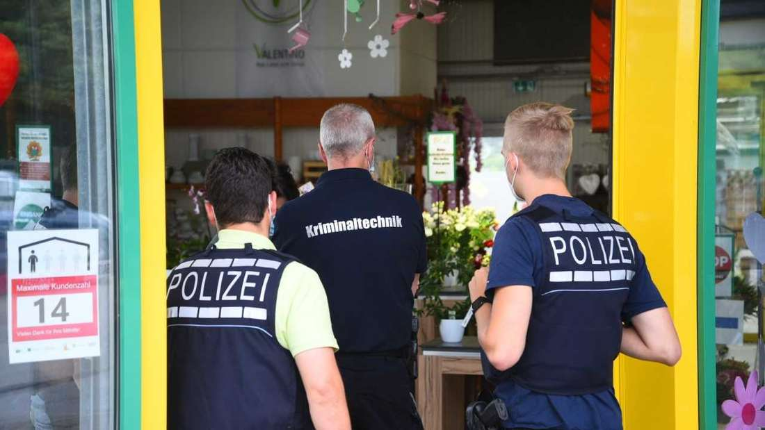 Die Polizei fahndet nach einem bewaffneten Duo.