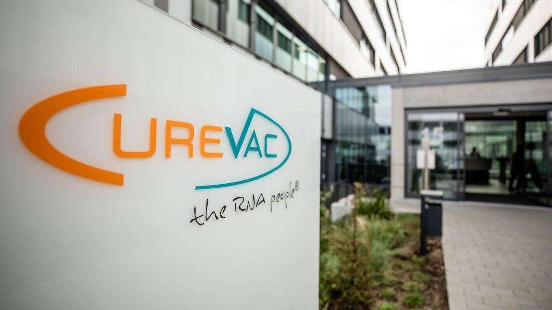 Das Logo des biopharmazeutischen Unternehmens Curevac ist am Eingang des Firmensitzes in Tübingen angebracht.
