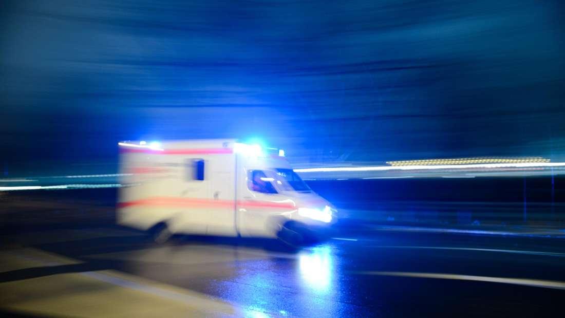 Rettungswagen fährt mit Blaulicht zum Einsatzort