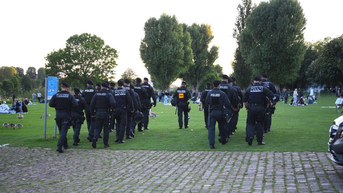 Zahlreiche Polizisten auf der Neckarwiese